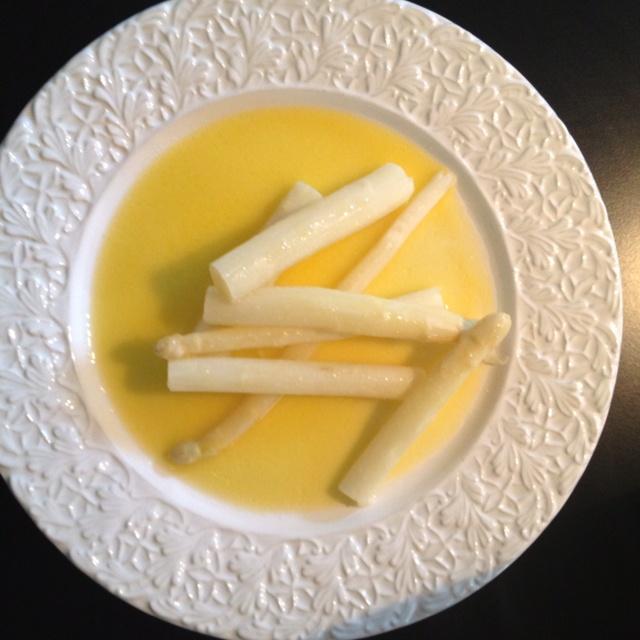 Skånsk sparris med hemlagad hollandaise. POST DINNER NOTE: Om såsen skär sig, kyl med isbit eller iskallt vatten.