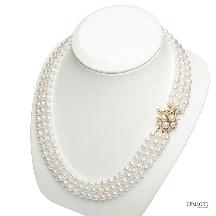 Trzyrzędowa kolia z perłami Akoya. Posiada złote zapięcie, na którym umieszczone są perły, rubiny oraz diamenty.  Będzie stanowiła piękne uzupełnienie eleganckiej kreacji. #kolia #necklace #perły #pearls #perlas #perolas #fashion #style #prezent #gift #beauty #pearllover #stylizacje