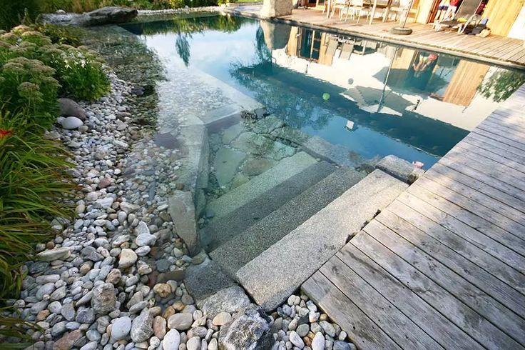 stufen aus stein in ein schwimmbecken pool in schwimmteich optik ideen f r swimming pools. Black Bedroom Furniture Sets. Home Design Ideas