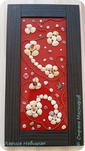 Сотворилось вот такое панно из дверцы какого то шкафчика и ракушек. Дверцу принесли красивую)))внутри яркое красное стекло,поэтому ничего не мудрила,а просто клеила ракушки. фото 1