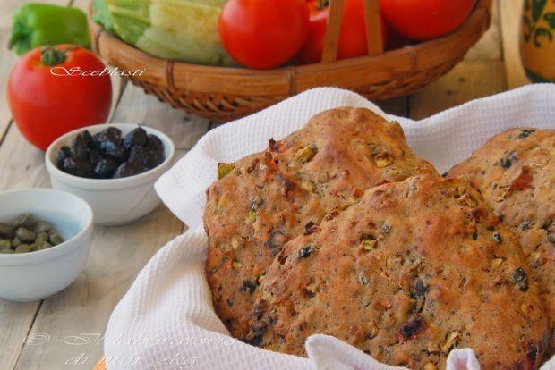 Μαλακό ψωμάκι με κολοκυθάκια, ντομάτες, κρεμμύδια και πιπεριές που το έφτιαχναν με το ζυμάρι που κολλούσε και έμενε στην πινακωτή, όταν ζύμωναν το ψωμί στην Απουλία. Μια συνταγή - φόρος τιμής σε έναν σπουδαίο άνθρωπο που έφυγε πρόσφατα από τη ζωή.