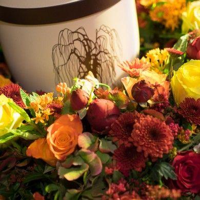 Urne mit Trauerweide-Motiv und Blumenkranz