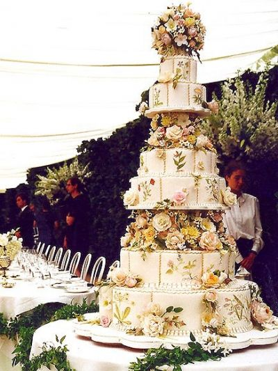 The 1995 wedding of Crown Prince Pavlos of Greece and Marie Chantal Miller featured a six-tiered wedding cake which was decorated with many flowers.