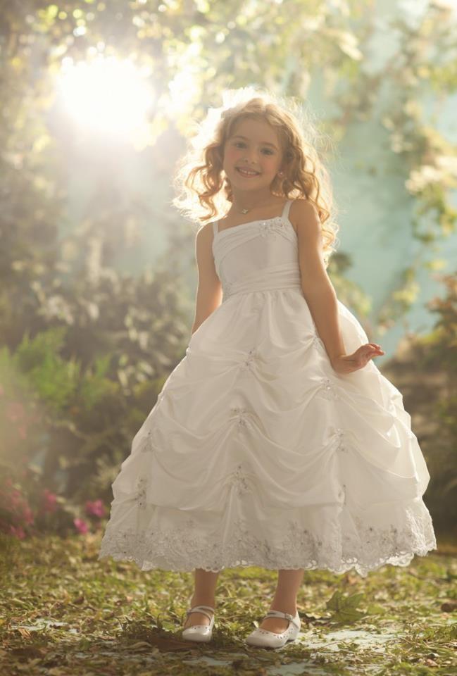 A Black Tie não esqueceu das daminhas para a semana Fairy Tale. Os vestidos da Disney transformam estas garotas em verdadeiras princesas. Vejam: http://www.blacktie.com.br/blog/pequenas-princesas-semana-fairy-tale/