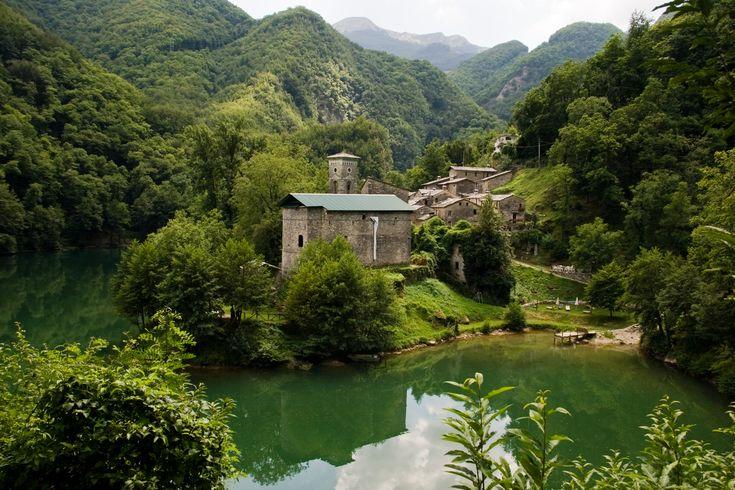 Isola Santa, provincia di Lucca – Isola Santa si trova nel comune di Careggine in provincia di Lucca in Garfagnana. Sono piccole case costruite a riva di un lago, un piccolo angolo di paradiso ricco di tante specie di fiori e piante, un posto dove rilassarsi circondati dalla natura.