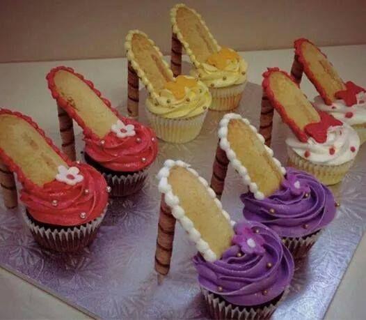 Cupecake voor de dames Cupcake, botercreme in gewenste kleur(en), chocowafel sticks en een licht krokant wafeltje als 'zool'