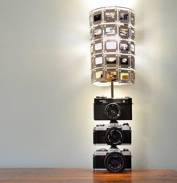 Liggen jouw vintage camera's op een plank wat stof te vangen? Dan hebben we hier een wel heel vette tipster voor je. Gebruik je camera's als lamp!