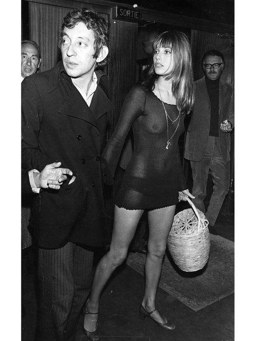 ドレスアップのときでも独自のセンスを発揮するジェーン・バーキン。セルジュ・ゲンズブールとのハングアウトの際には、シアーなリトルブラックドレスにメリージェーンシューズ、そしてお約束のかごバッグをお供に...