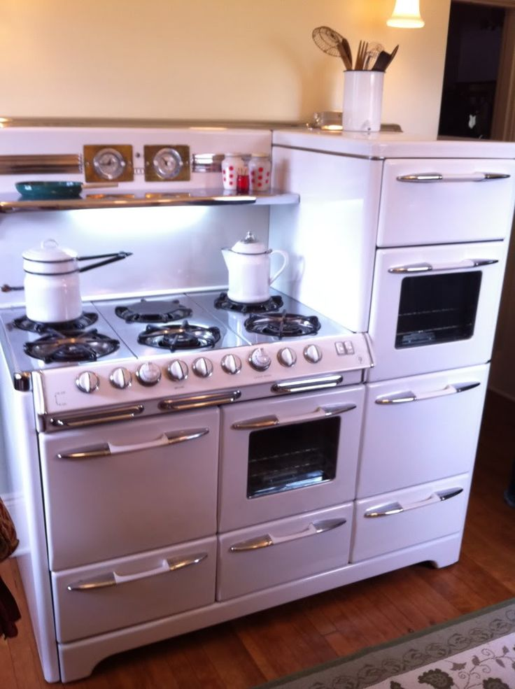 1951 Aristocrat by Okeefe and Merritt: three ovens, warming draw, separate broiler, and six burners! Man this would be awesome for holiday cooking!