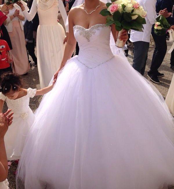 Robe de mariée ajustable taille 38 qui comprend accessoire et cerceau ...