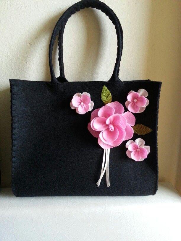Keçe çanta.  Felt bag. Gül çiçek rose siyah çanta el çantası el emeği daha ne olsun:)