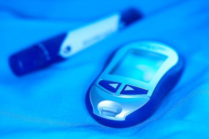 ¿Qué es la hipoglucemia? Es una condición producida por un nivel bastante bajo de azúcar en la sangre. Si usted tiene diabetes, entonces sabe muy bien el efecto que provoca la falta de azúcar en la sangre. Ya que proporciona al cuerpo la energía, el bajo nivel de la misma puede hacer que una persona se sienta muy enferma. Por lo tanto, si usted tiene un familiar cercano que sufra esta condición, es posible que se haga esta esta pregunta: ¿Qué puedo hacer en un ataque de hipoglucemia?