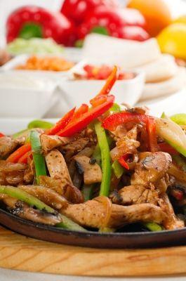 Receta saludable de FAJITAS DE POLLO mexicanas baja en calorías, apta para diabéticos y baja en colesterol.