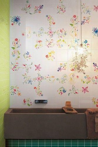 """Set compositivo da 12 decori floreali (PRIMAVERA COLORE 1) e sei soggetti floreali singoli miscelati (PRIMAVERA COLORE 2), disponibili su fondo bianco lucido (Bianco Extra) e opaco (L.111) nel formato cm. 20x20, abbinabili alla serie di tinte unite """"Colore&Colore""""."""