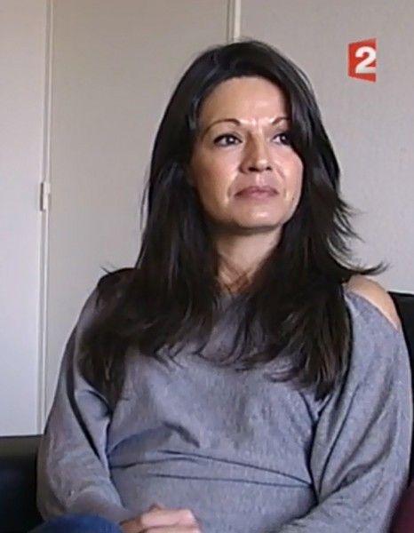 Les deux jeunes filles ont été échangées à leur naissance, il y a vingt ans, par une sage-femme dépressive et instable. http://www.elle.fr/Societe/News/Bebes-echanges-a-la-naissance-la-clinique-devra-verser-1-8-million-2886688