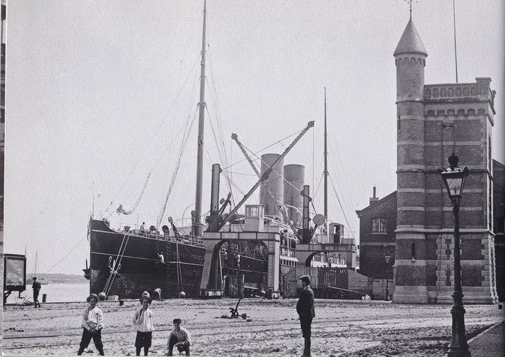 De Oostelijke Handelskade en Stoomschip Koningin Wilhelmina met rechts de watertoren in 1897