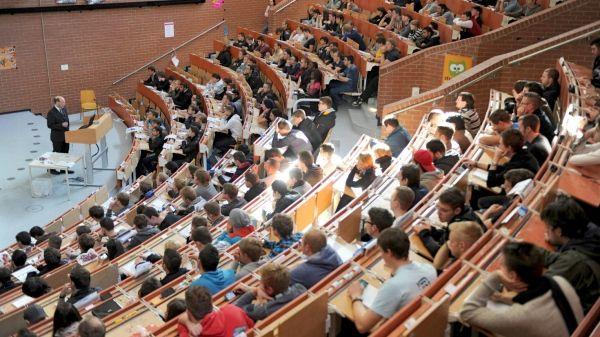 Nur ungefähr die Hälfte der Studierenden ist mit Aufbau und Struktur des eigenen Studienganges zufrieden. Doch trotzdem geben die meisten an, dass sie gerne an ihrer Hochschule studieren. Mehr unter: http://www.faz.net/aktuell/wirtschaft/repraesentative-befragung-studenten-kritisieren-studienstruktur-12315487.html.