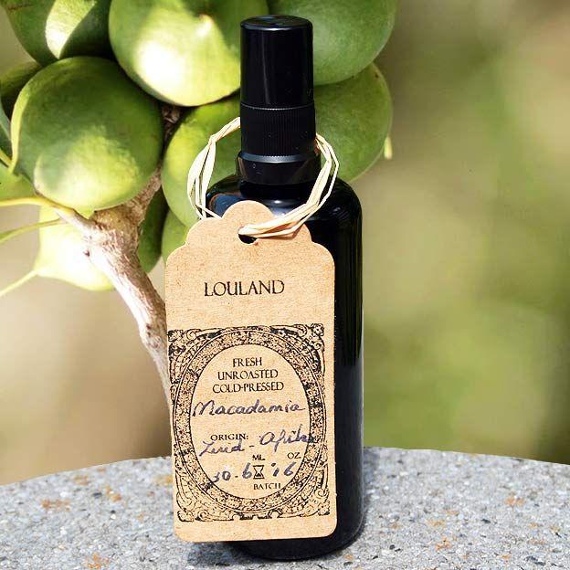 Weer verse batch binnen ! Macadamia olie is een van de belangrijkste bronnen van Palmitoleïne zuur. Dit vetzuur bevindt zich ook in de opperlaag van onze huid. Een crème of balsem waaraan dit vetzuur is toegevoegd, zorgt voor een verbeterde opname van de balsem en voor de bescherming van de huidcellen. Als we ouder worden, maakt je huid minder Palmitoleïne zuur aan. Om die reden is deze olie is geweldig voor alle huidtypes, in het bijzonder voor de drogere en/of rijpere huid. Niet geschi...