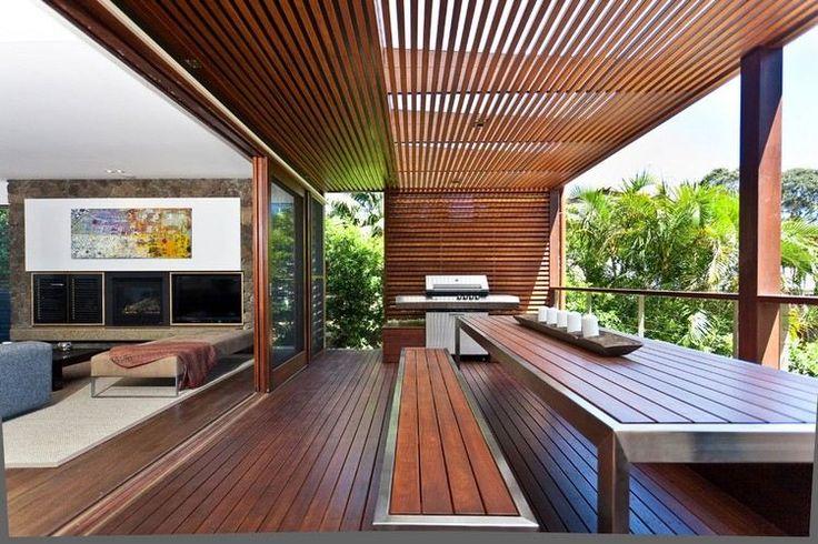 brise-vue balcon en bois et coin repas avec un banc et table à manger
