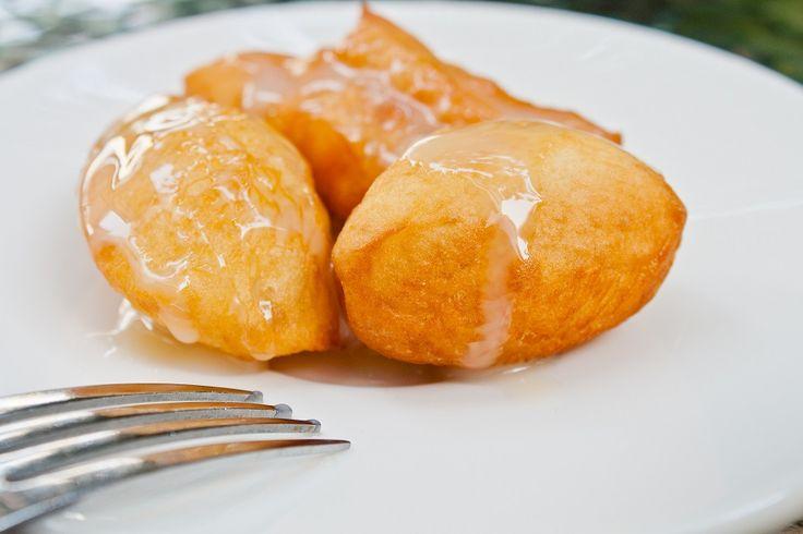 Molti sono diffidenti nei confronti della cucina etnica, soprattutto di quella asiatica. Per questo motivo abbiamo deciso di proporvi due piatti tipici della cucina vietnamita che potete preparare a casa così da potervi ricredere.  In particolare prepareremo insieme un dolce, le palle di riso frit