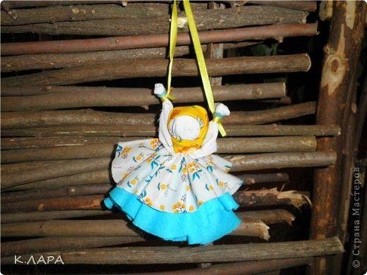 Куклы-обереги. Уже год как я увлеклась народными тряпичными куклами, куклами-оберегами. На кружке обучаю детей как делать кукол и рассказываю для чего предназначена та или иная кукла. Ребятам очень нравится это занятие, как девочкам так и мальчикам, многие начали собирать дома свои коллекции обережных кукол. С некоторыми из своих кукол я и хочу вас познакомить. Это кукла-колокольчик. Она вешалась на входной двери и впускала в дом только хорошие вести. фото 1