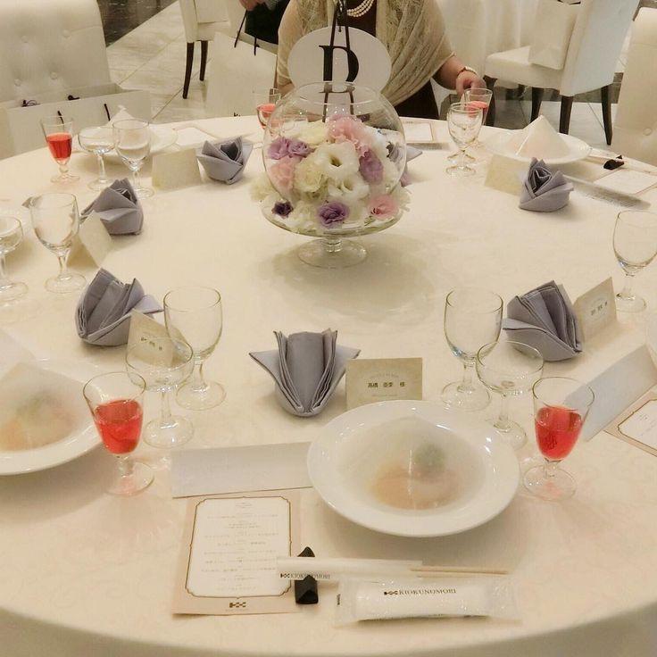 ・ #テーブルコーディネート ナフキンの色は見えづらいけれどパープル🙋💜名札はクリーム色かな? 名札やら席次表のデザインもドレスやら装花が決まるまで、なかなか決定できなかったな😂笑 お料理も美味しいんだよこの前菜?が😌💓 #当日は案の定食べれず本当に残念 #会場装花 #装花イメージ #結婚式当日レポ #結婚式の写真 #結婚式当日 #テーブルクロス #テーブル装花