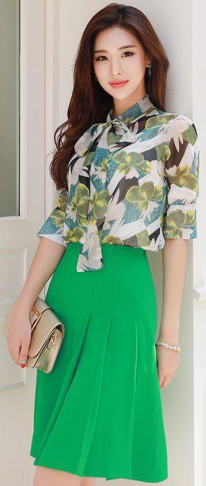 Saia verde e blusa estampada