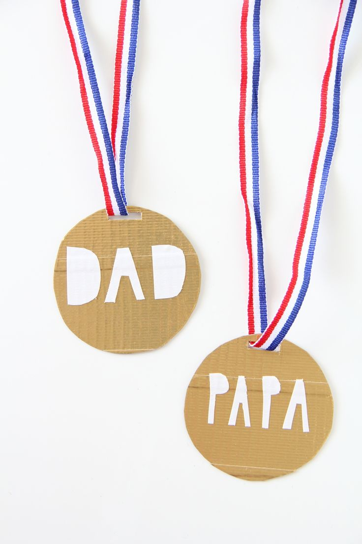 #Vaderdag #DIY Leuke #medaille voor papa (maak er meteen één voor jezelf met je eigen naam!). Eenvoudig te maken met een stuk karton en gekleurd lint, bijvoorbeeld in de kleuren van de Nederlandse vlag, of al in de voetbalstemming: in oranje!