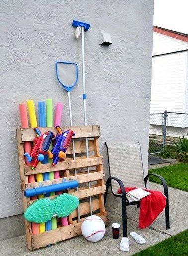 Organisez votre jardin avec une seule et unique palette ! L'été est là et avec lui les journées piscine et le casse-tête du rangement des accessoires qui l'accompagnent. Pratique et peu encombrante, la palette bois peut aussi servir de rangement.