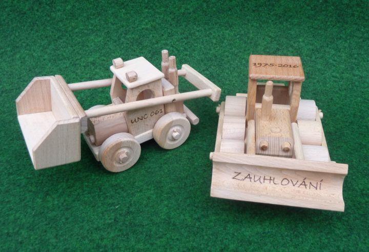 Buldozer hračka. Gravírování vypalování textů, jmén dětí, věnování na dřevo…