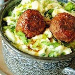 DE STAMPPOT: Schil de piepers Kook ze tot ze goed gaar zijn. Bak de spekbuiken lekker knapperig. Maak met een scheutje melk en snufje zout puree van de aardappels met een handmixer! Dan de spekjes erdoor en roer met een grote lepel de rauwe andijvie erdoor. Laat de pan hierbij op een laag vuurtje staan. Wel blijven opletten dat et niet aankoekt. Blijf roeren tot de andijvie er allemaal doorheen is, evt. scheutje extra melk voor het smeuïg te maken. DE BALLETJES: Meng alles behalve de…