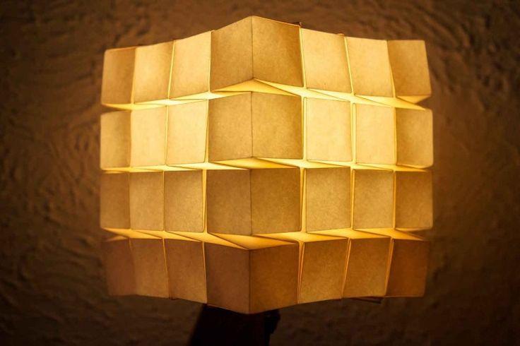 Une lampe de chevet aux airs japonisants pour une atmosphère zen dans votre chambre, ça vous tente? En plus, tradition de l'origami oblige, l'abat-jour de cette lampe est réalisé dans une seule feuille de papier rectangulaire, sans coupe, ni collage !  #lampe #light #luminaire #lamp #meuble #mobilier #furniture #intérieur #interior #design #japon #japan #origami #zen #handmade #artisanal #pliage #fengshui #minimalisme #minimalism #vegetal #équilibre #bois #wood #chêne #oak