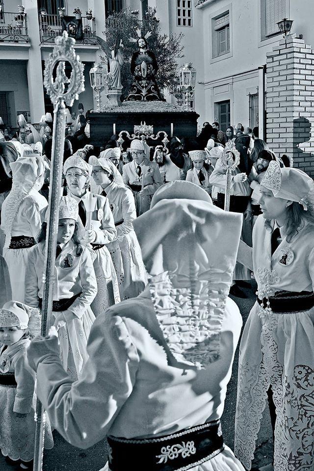 """Fotografía Ganadora del IV Concurso Fotográfico """"Antonio Hornero Gálvez"""", convocado por la """"Asociación Cultural Trajecillos Blancos"""", cuya temática es Hermandad de Nuestro Padre Jesús del Huerto. El ganador """"Manuel Priego Rodriguez"""" La fotografía fue tomada a la salida de la Iglesia de San Francisco, Semana Santa 2015."""