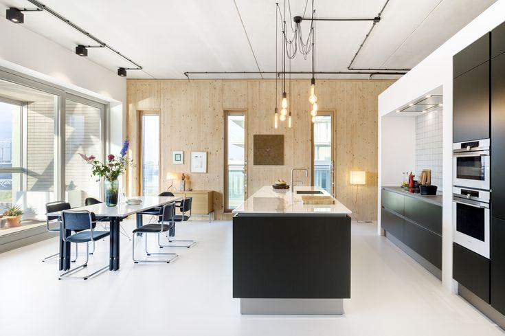 Moderne eethoek met vintage twist. Het ontwerp van dit loft werd gemaakt door BNLA architecten. Door een moderne keuken en strakke objecten te combineren met vintage meubels en verfijnd tegelwerk in de keuken ontstaat er een fijne balans tussen oud en nieuw. De hanglamp boven het eiland is zowel vintage als eigentijds!