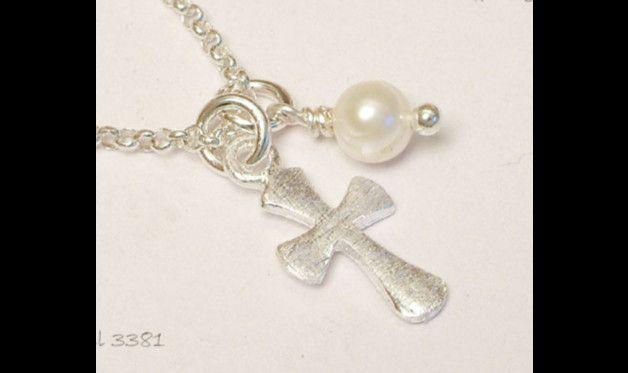 Feine Silberkette mit mattiertem Kreuz und echter Süsswasserperle (natur oder rose) oder mit Kristall in Wunschfarbe.  Sehr schönes Geschenk zur Kommunion, Firmung oder Konfirmation, denn die...