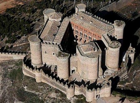 """La planta del castillo es muy peculiar, denominada de """"estructura atenazada"""", construida sobre un triángulo equilátero con dos cuerpos en dos de sus lados, y en el otro, la torre del homenaje, triángulo que, mediante la barrera exterior, se convierte en polígono de nueve lados con torreones en los vértices"""