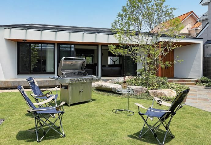専門家 が手掛けた Bbqも楽しめる広い庭 Garden House With Garage ガレージ 庭 ホームシアター 趣味を最大限楽しめる住宅 の詳細ページ 新築戸建 リフォーム リノベーションの事例多数 Suvaco スバコ 庭 住宅 外観 屋外用家具