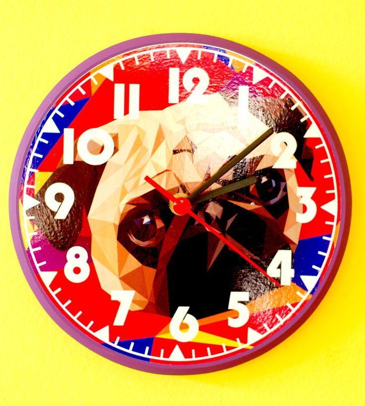 Decore sua casa e ainda chegue sempre em tempo nos seus compromisso com esse relógio de parede em MDF lindão com temática de Pug!