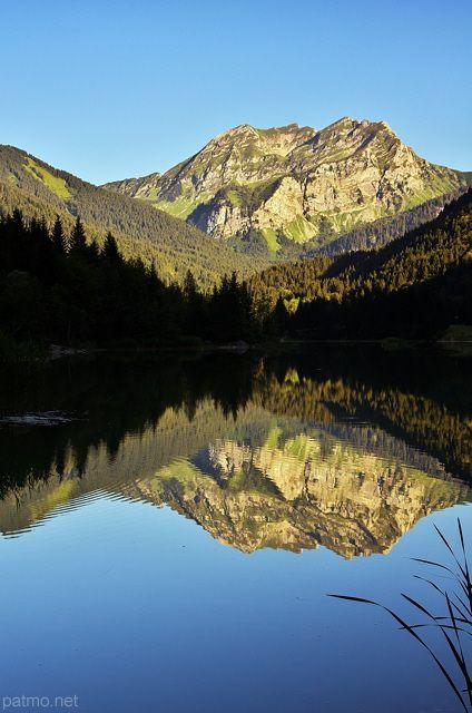 Roc d'Enfer et de son reflet dans les eaux du lac de Vallon à Bellevaux  (France) - phot. Patrick Morand.
