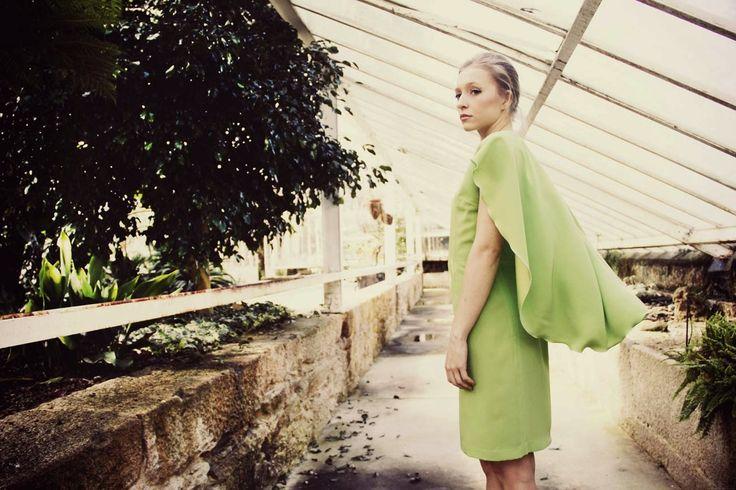 Vestido con capa verde lima.