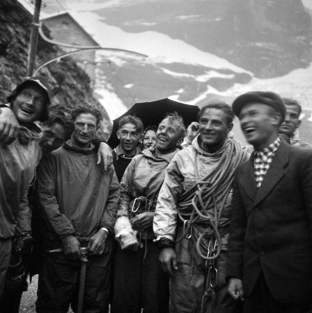 """Heinrich Harrer, Andreas Heckmair (avec le pic), Ludwig """"Wiggerl"""" Voerg et Fritz Kasparek, de gauche à droite, après leur exploit."""