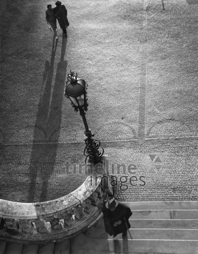 Treppe zum Friedensengel in München, 1970 keberlein/Timeline Images #München #Munich #Friedensengel #70er #70s #Licht #Schatten #Perspektive #Atmosphäre #Straßenlaterne #Spaziergänger #Straßenszene #historisch #historical