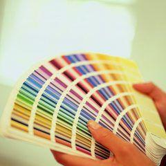 Los colores de pintura más populares para las paredes de una sala de estar | eHow en Español