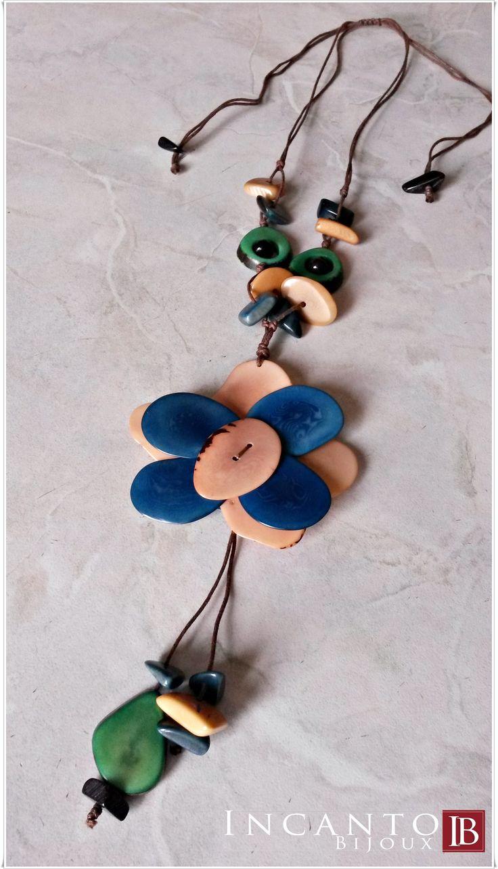 Collana con cordino regolabile, fiore bicolore e pendenti di varie forme. Il tutto rigorosamente in Tagua! Emoticon smile Euro 25.