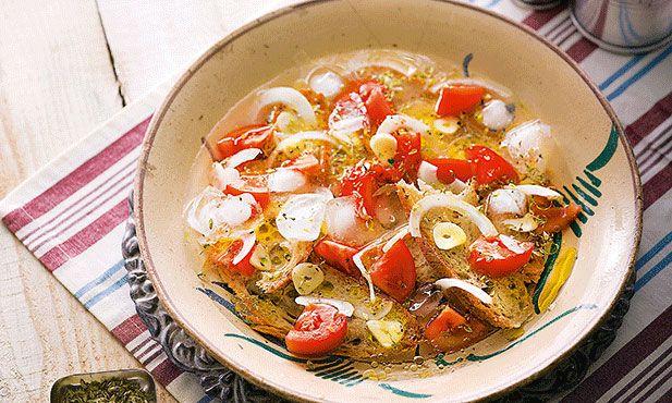 Sopa fria de tomate conhecida como Arjamolho, é uma receita fácil de preparar e uma entrada fresca para os dias de Verão
