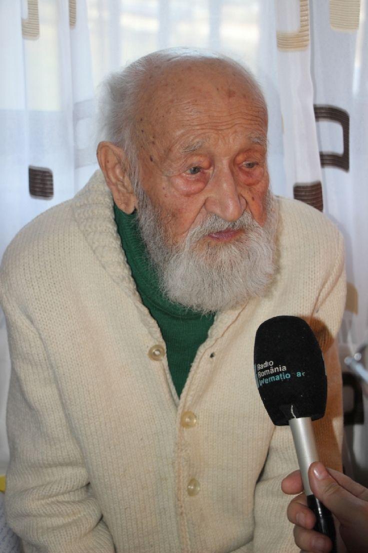Împlinise, când am stat de vorbă cu el, la Mânăstirea Caraiman, 100 de ani bătuți pe muchie. Nicolae Tomaziu era, în 2016, cel mai vârstnic fost deținut politic în viață din România. Ascultați un fragment din dialogul nostru care se constituie într-un document sonor excepțional despre anii 1945-1947, de la ocupația sovietică până la abdicarea regelui Mihai I, la 30 decembrie.    Fotografii – Valentin Țigău