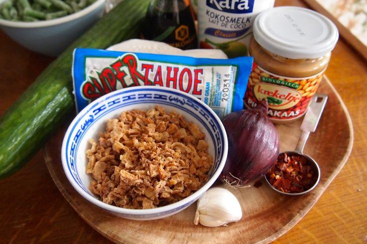 Groen zonder poen: zoete tofu saté met pindasaus en zoet-zure komkommer