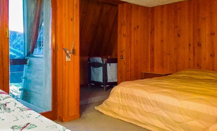 Camera da letto matrimoniale con 3 letti e lettino da bambino