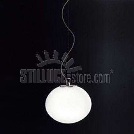 Leucos Sphera lampada a sospensione . Disponibile in due dimensioni. Diffusore in vetro soffiato satinato bianco. Strutture in metallo cromato con possibilità di eventuale accessorio kit di decentramento.