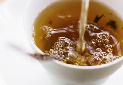 Grøn te: Et sundt mirakel | Iform.dk. - En af de mest udforskede teorier er, at grøn te forebygger kræft. Forskerne konkluderer, at mindst 5 kopper te dagligt giver en effektiv beskyttelse mod et særligt enzym, som er overrepræsenteret i de fleste cancertyper.  Stoffet EGCG i den grønne te forhindrer celler i hjerte og hjerne i at dø efter et hjerteanfald og fremmer helingen af celler, så man kommer sig bedre.  I 2003 påviste forskere fra Sheffield University, at EGCG kan beskytte ledbrusken…
